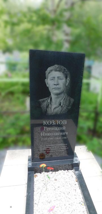 Памятник с крестом Боготол Мемориальный комплекс из малинового кварцита и гранитов Гусев